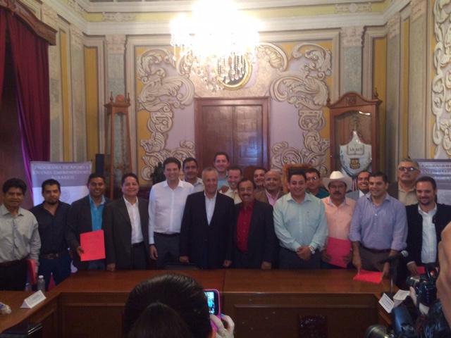 El Subsecretario Cárdenas Monroy se acompaña de los ediles michoacanos que recibieron los recursos federales, en el Palacio Municipal de Morelia.