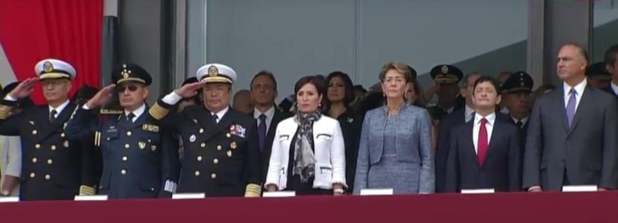 La Titular de SEDATU, Rosario Robles Berlanga acompañó al presidente al Colegio Militar.