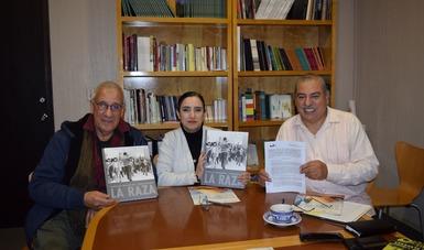 El fotógrafo chicano Luis C. Garza, la directora general del CECUT, Dra. Vianka R. Santana, y el director del Centro de Estudios California-México, Mtro. Armando Vázquez-Ramos.