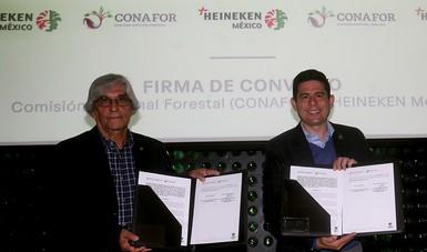 El vicepresidente de Asuntos Corporativos de la empresa, Marco Antonio Mascarúa Galindo, y  el Director General de la CONAFOR, León Jorge Castaños Martínez, firmaron el convenio de concertación.