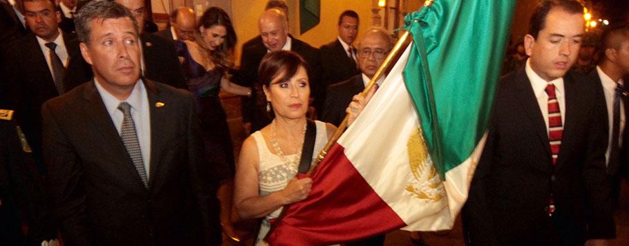 La Titular de SEDATU, Rosario Robles Berlanga carga la bandera nacional.