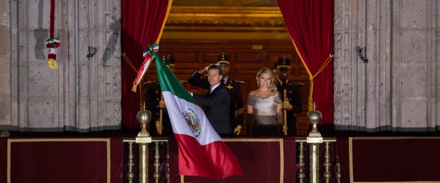 Desde el Balcón Central del Palacio Nacional, el Presidente Peña Nieto, acompañado de su esposa, Angélica Rivera de Peña, vitoreó a los héroes que nos dieron Patria y Libertad.