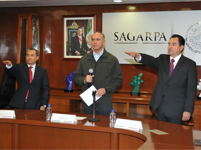 El secretario  de Agricultura, Ganadería, Desarrollo Rural, Pesca y Alimentación, José Calzada Rovirosa, tomó protesta a Héctor Velasco Monroy, como nuevo Subsecretario de Desarrollo Rural, y a Marcelo López Sánchez, como Oficial Mayor de la SAGARPA.