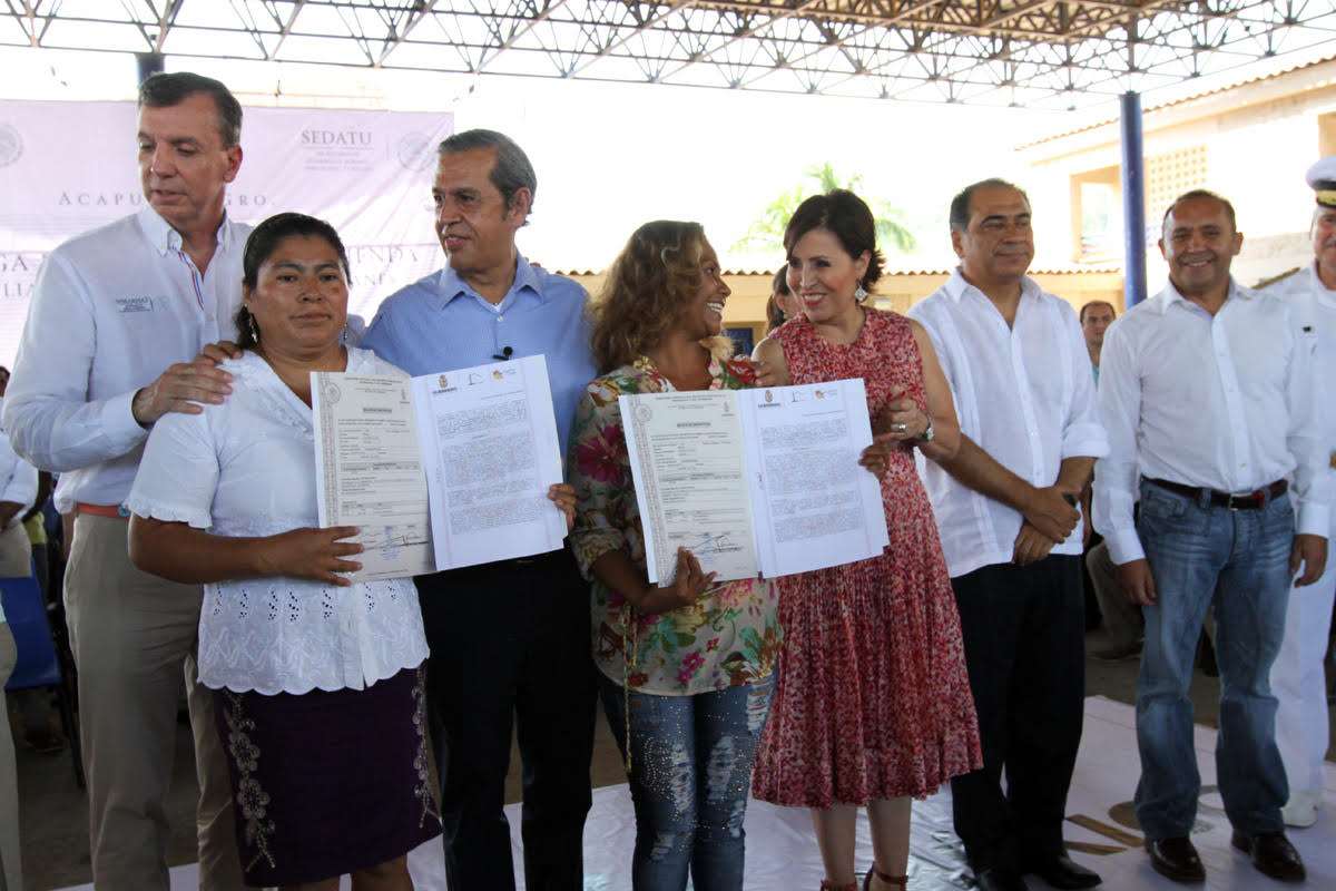 La titular de la SEDATU posa al lado de una de las beneficiadas que recibieron escrituras de sus nuevos hogares en el fraccionamiento Plácido Domingo, Acapulco.