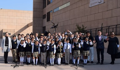 La directora general del CECUT, Dra. Vianka R. Santana (izquierda) y el secretario de Educación de Baja California, Lic. Catalino Zavala Márquez, con el coro infantil bilingüe de la escuela primaria El Pípila.