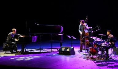 Aaron Goldberg al piano, Matt Penman en el contrabajo y Mark Whitfield Jr. en las percusiones.  Fotografía: Alfonso Lorenzana.