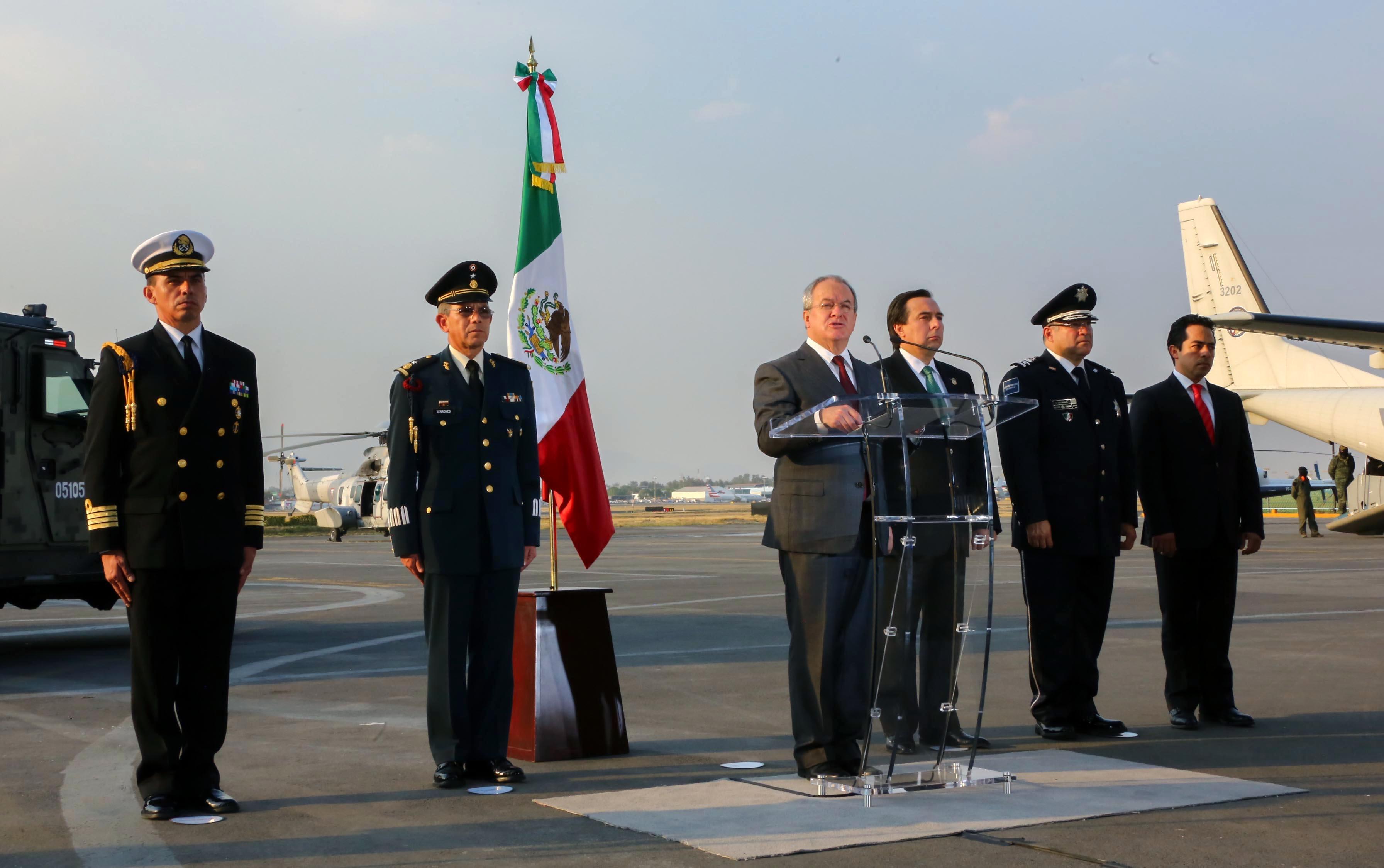 El Comisionado Nacional de Seguridad, Monte Alejandro Rubido García, ofrece mensaje en el hangar de la Policía Federal