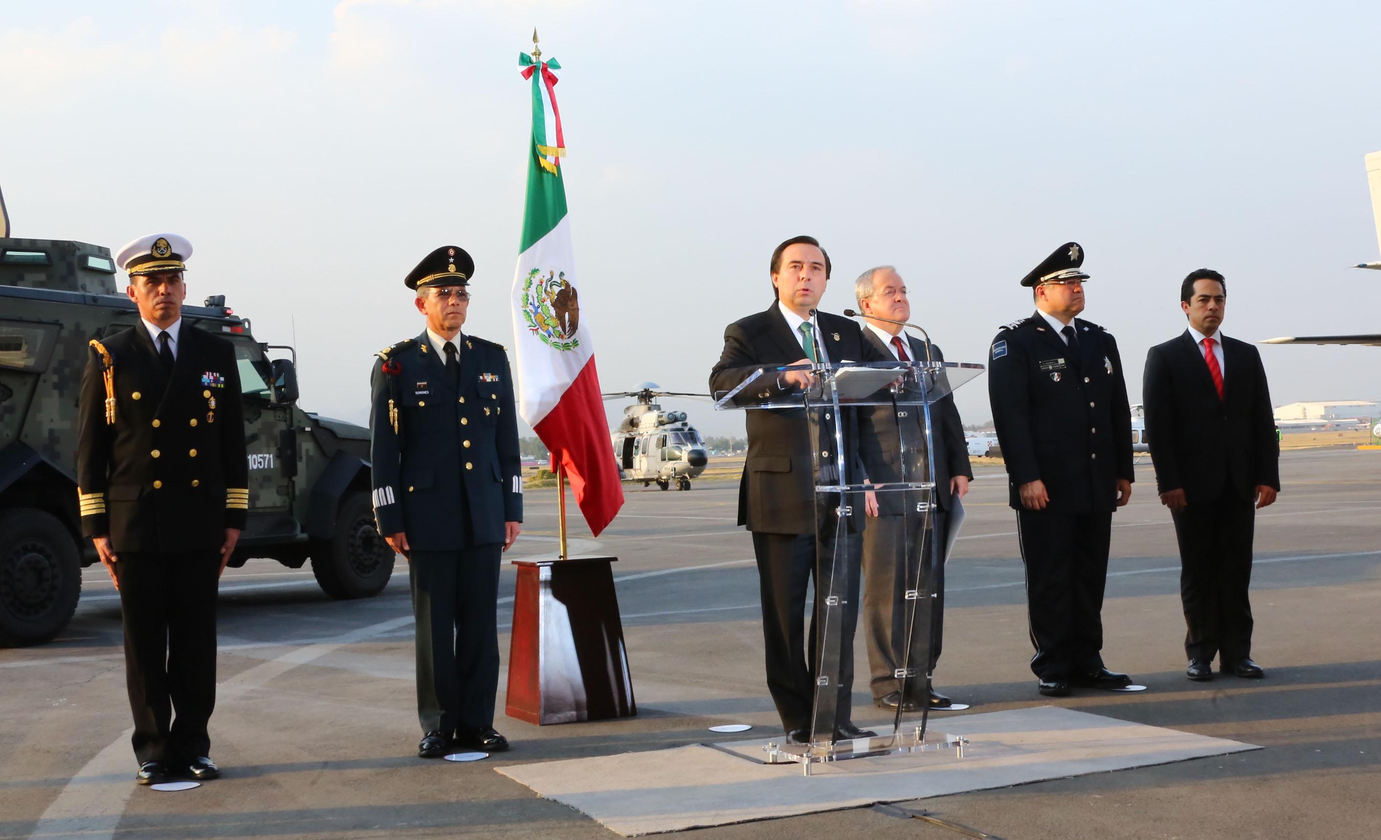 El Director en Jefe de la Agencia de Investigación Criminal de la Procuraduría General de la República, Tomás Zerón de Lucio, durante su mensaje en el hangar de la Policía Federal