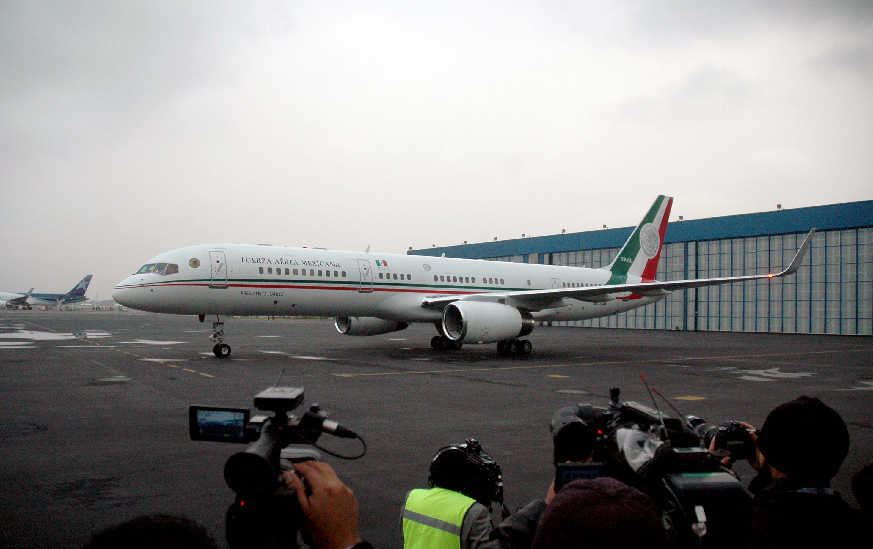 Los seis connacionales que sobrevivieron al ataque del que fueron objeto un grupo de turistas mexicanos el pasado 13 de septiembre, en Egipto, arribaron la mañana de este viernes a la ciudad de México, a bordo del avión presidencial.