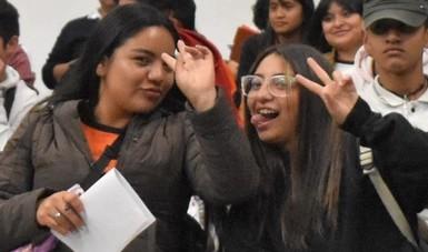 Estudiantes de Educación Media Superior reciben la Beca Universal Benito Juárez en la Ciudad de México.