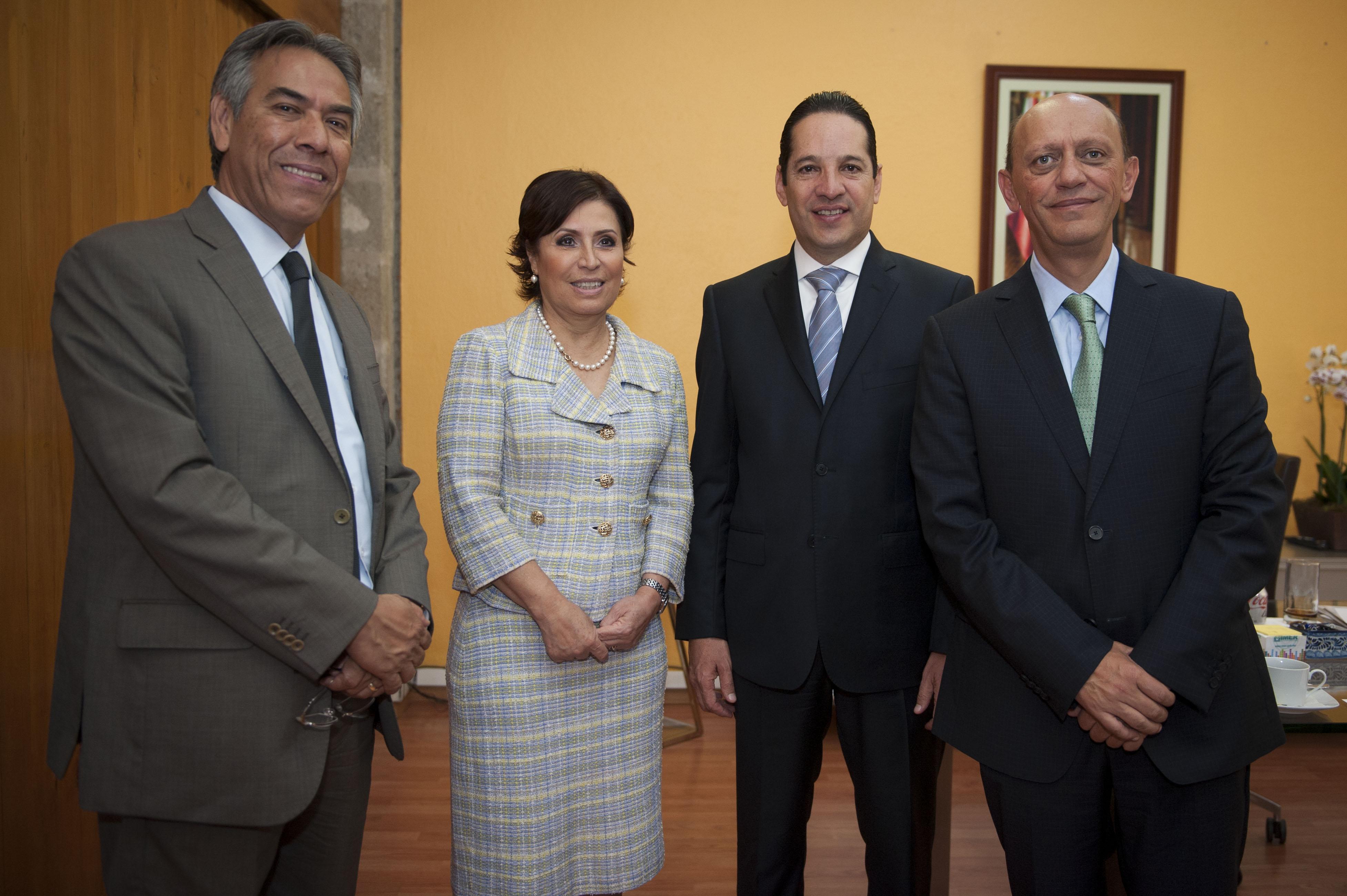 La Titular de SEDATU, Rosario Robles Berlanga, acompañada de los subsecretarios Enrique González Tiburcio, y Juan Carlos Lastiri Quirós, recibió en su despacho al gobernador electo de Querétaro, Francisco Domínguez Servién.