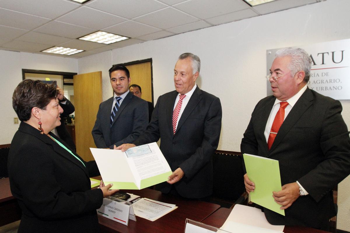 El subsecretario de Desarrollo Agrario de la SEDATU, Gustavo Cárdenas Monroy, acompañado de líderes de organizaciones sociales.