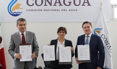 Imagen en la que aparece la directora general de Conagua, Blanca Jiménez Cisneros, acompañada de los gobernadores de Durango y Coahuila.