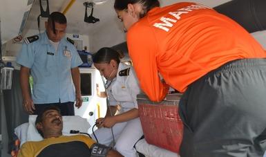 Personal medico naval asistiendo auna persona dentro de una ambulancia