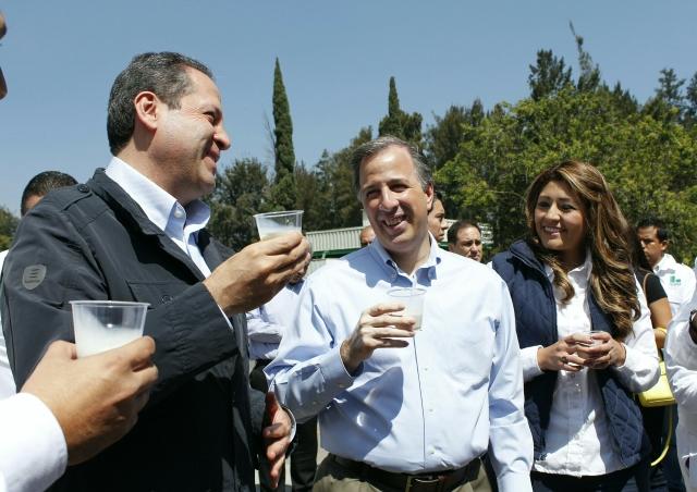 El secretario José Antonio Meade Kuribreña y el gobernador Eruviel Ávila Villegas en planta procesadora de leche pasteurizada de Liconsa en Valle de Chalco