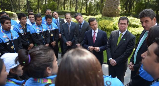 """El Presidente Peña Nieto recibió, en Los Pinos, a los directivos de la Fundación Telmex, patrocinadores del programa """"De la Calle a la Cancha"""" y a los jugadores ganadores del mundial de futbol."""