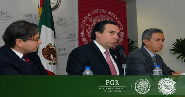 Hugo Ruiz Reinaud, encargado de SEIDO y Alejandro Alegre Rabiela, Director General de Emisión del Banco de México.