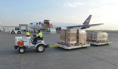 Llega a México segundo vuelo de Estados Unidos con equipo médico para COVID-19