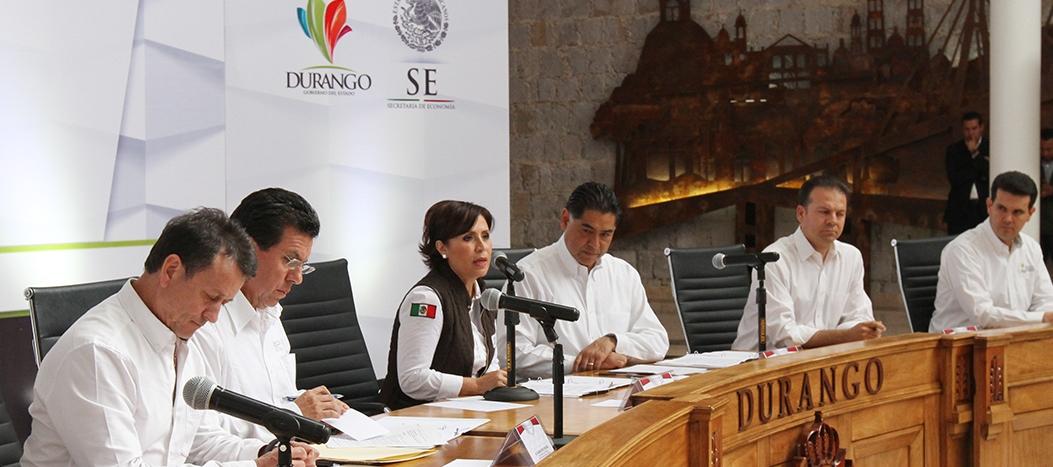 La Titular de SEDATU, Rosario Robles Berlanga habla ante mineros, el gobernador de Durango, Jorge Herrera Caldera.
