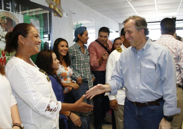 El secretario de Desarrollo Social, José Antonio Meade Kuribreña con beneficiarios de Etchojoa, Sonora