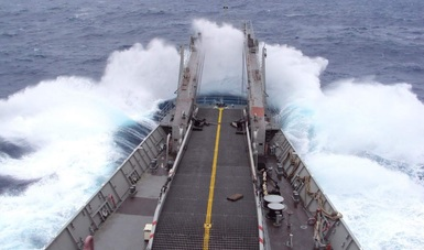 Se ve mar y la parte frontal de un buque rompiendo la ola