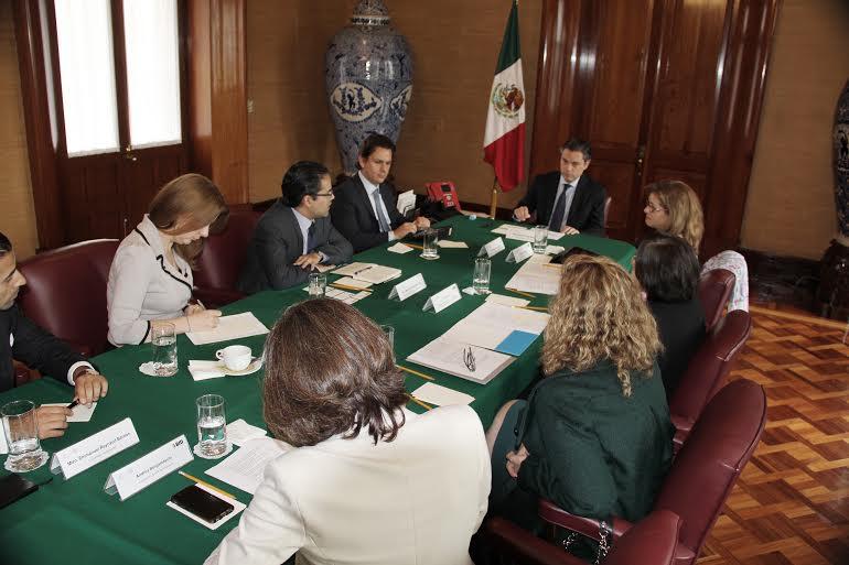 Nuño Mayer y representantes del Banco Interamericano de Desarrollo revisan proyectos de cooperación.