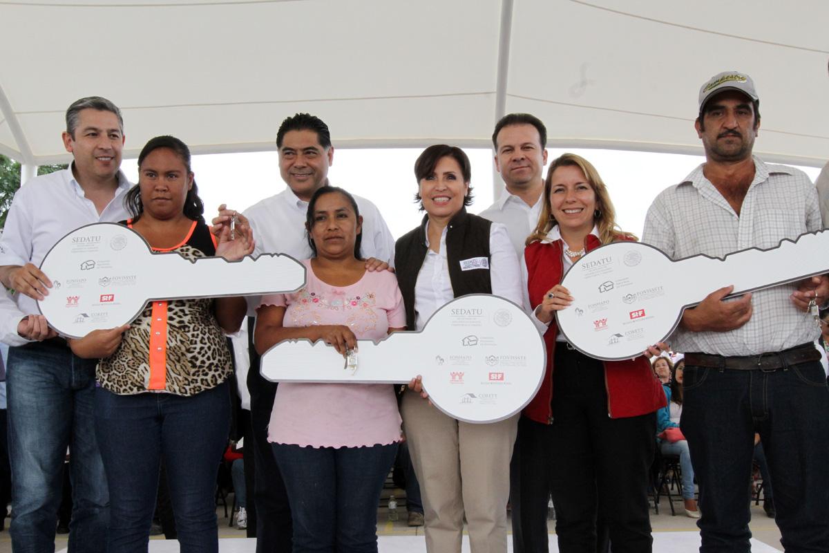 La Titular de SEDATU, Rosario Robles Berlanga, se acompaña de los beneficiarios de obras en Durango.