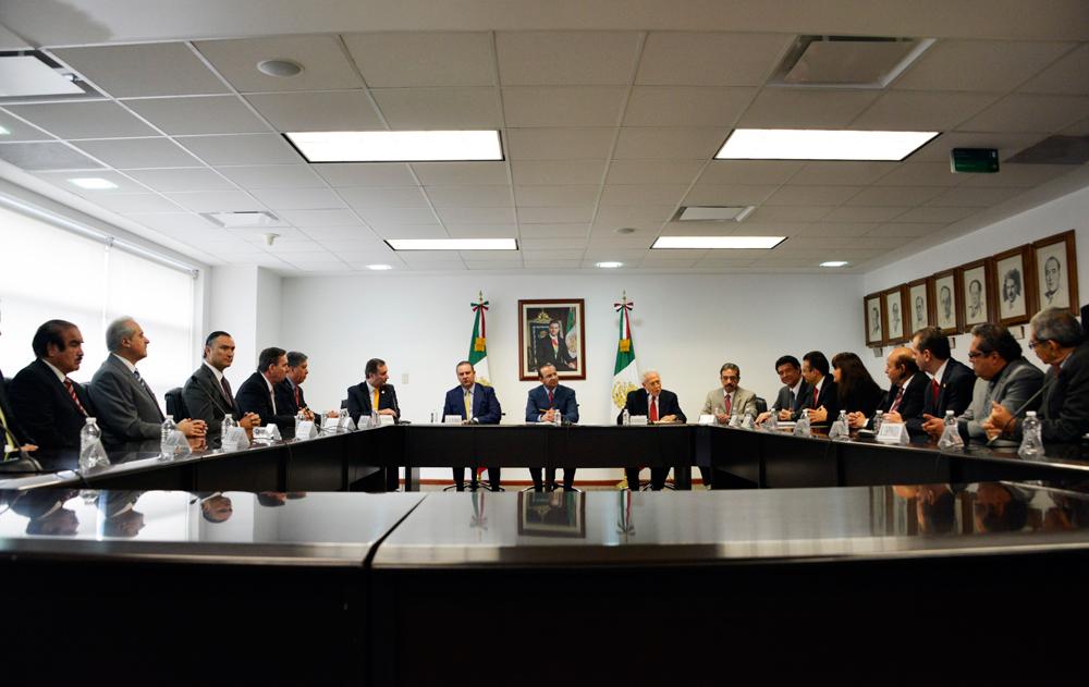 El Secretario del Trabajo y Previsión Social recibió del Presidente de la Comisión Nacional de los Salarios Mínimos (CONASAMI), Basilio González Núñez, la resolución del Consejo de Representantes de ese organismo tripartito.