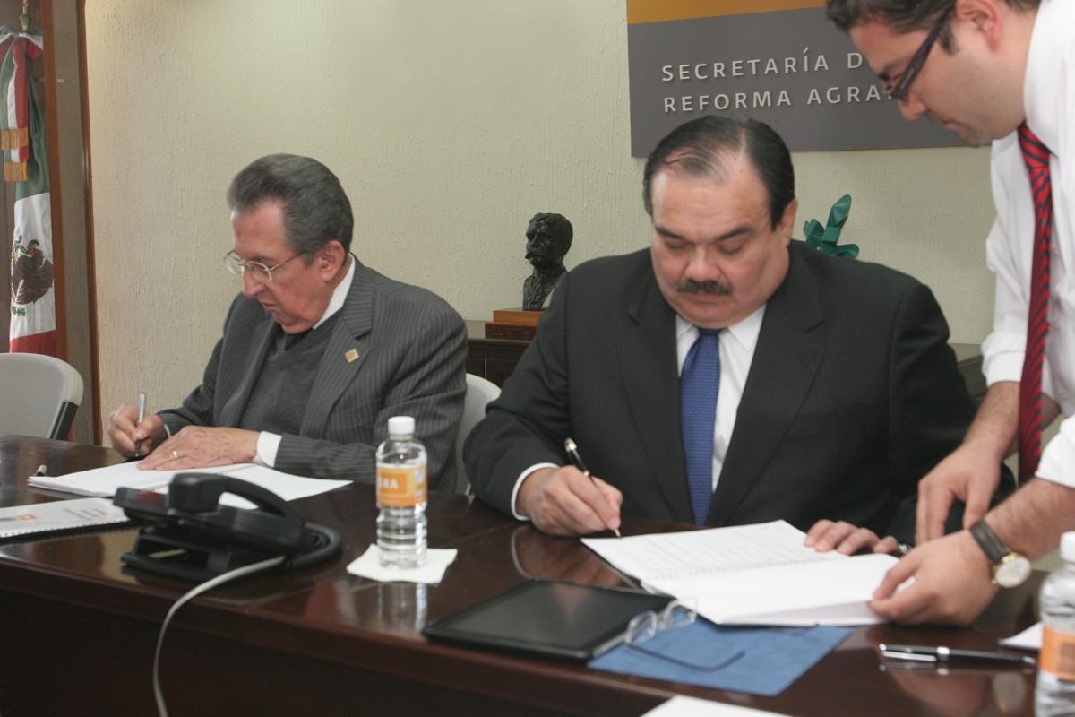 El secretario de la Reforma Agraria, Jorge Carlos Ramírez Marín, a la derecha, y su antecesor Abelardo Escobar Prieto, firman las actas de la entrega-recepción de la dependencia.