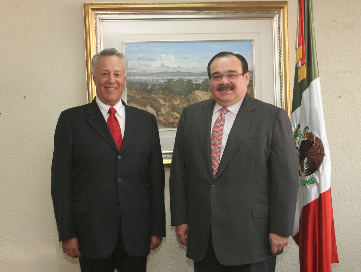 El Secretario de la Reforma Agraria, Jorge Carlos Ramírez Marín, -a la derecha- y el Subsecretario de Ordenamiento de la Propiedad Rural, Gustavo Cárdenas Monroy, quien hoy tomó posesión del cargo.