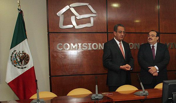 El Secretario de la Reforma Agraria, Jorge Carlos Ramírez Marín, dio posesión a Alejandro Nieto Enríquez, quien está a su derecha, como director general de la Comisión Nacional de Vivienda (Conavi).