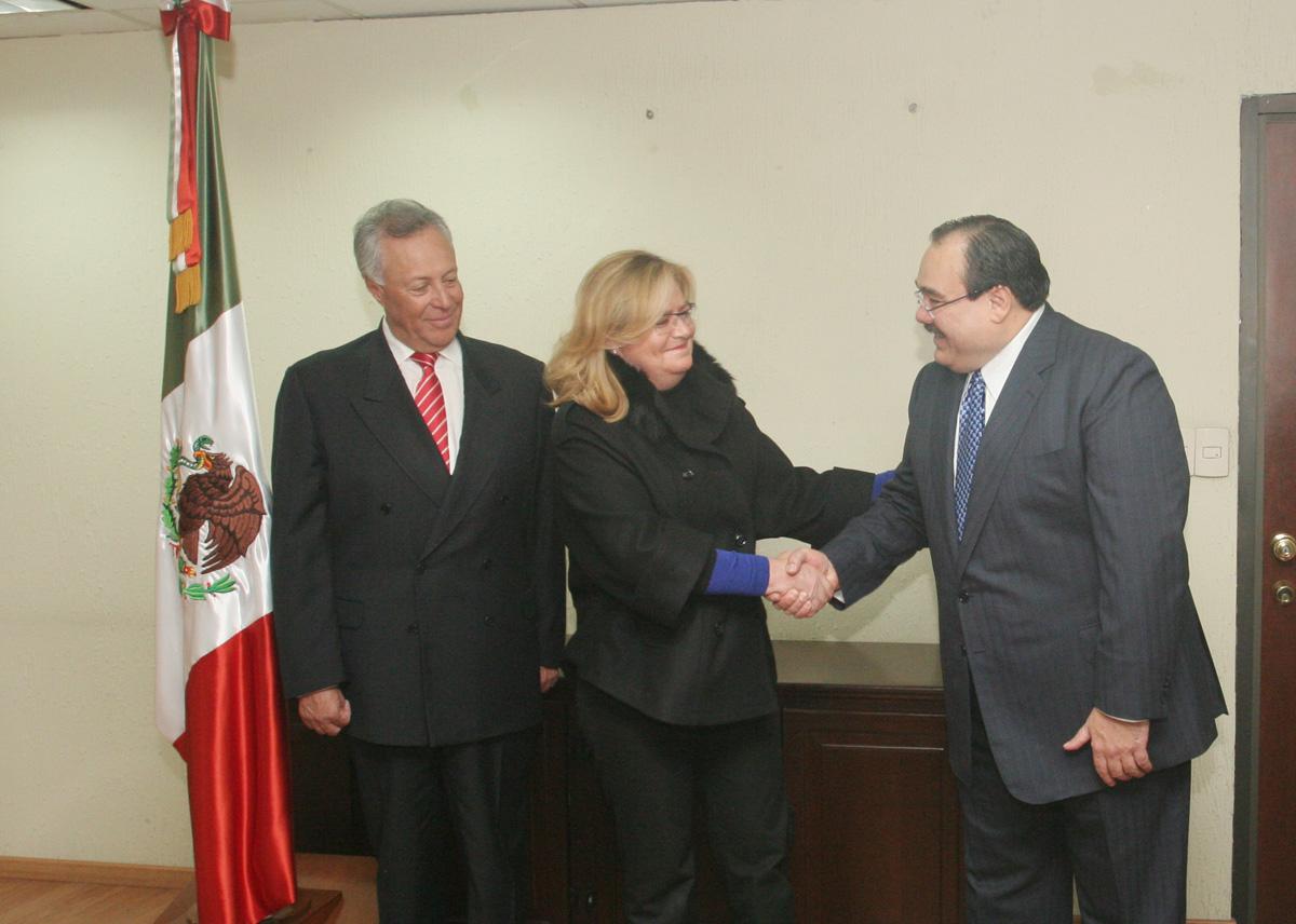 El secretario de la Reforma Agraria, Jorge Carlos Ramírez Marín, dio posesión a Georgina Trujillo Zentella como subsecretaria de Política Sectorial. Los acompaña el subsecretario de Ordenamiento de la Propiedad Rural, Gustavo Cárdenas Monroy.