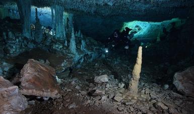 Arqueólogos subacuáticos del INAH y espeleobuzos del CINDAQ dan a conocer evidencia de actividad minera en cenotes y pasajes inundados, con antigüedad de entre 12,000 y 10,000 años antes del presente.  Fotos: Sam Meacham, CINDAQ. A.C. SAS-INAH