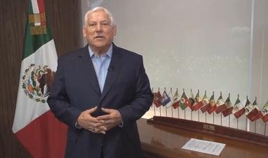 El Dr. Víctor Villalobos durante su mensaje por los 35 años del Instituto