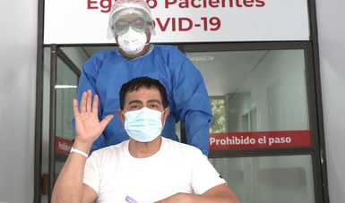 Persona recuperada de Covid-19, saliendo de la puerta del Hospital Juárez de México.