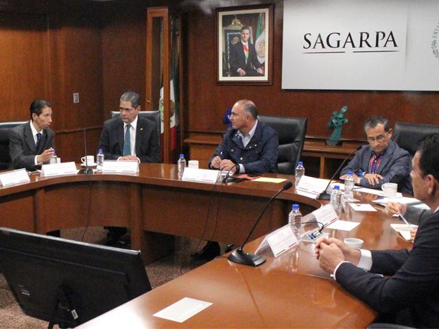 El titular de la SAGARPA, José Calzada Rovirosa, subrayó que el Componente de Atención a Desastres Naturales (CADENA) opera este año con recursos por  dos mil 633  millones de pesos para apoyar a los productores .