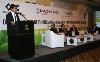 El Subsecretario Ochoa expuso sobre las mejores prácticas de desempeño ambiental las cuales permiten generar riqueza, competitividad y empleo