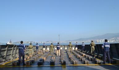 Más de dos toneladas de presunta cocaína y 500 litros de combustible son asegurados por la Armada de México en el Pacífico Mexicano