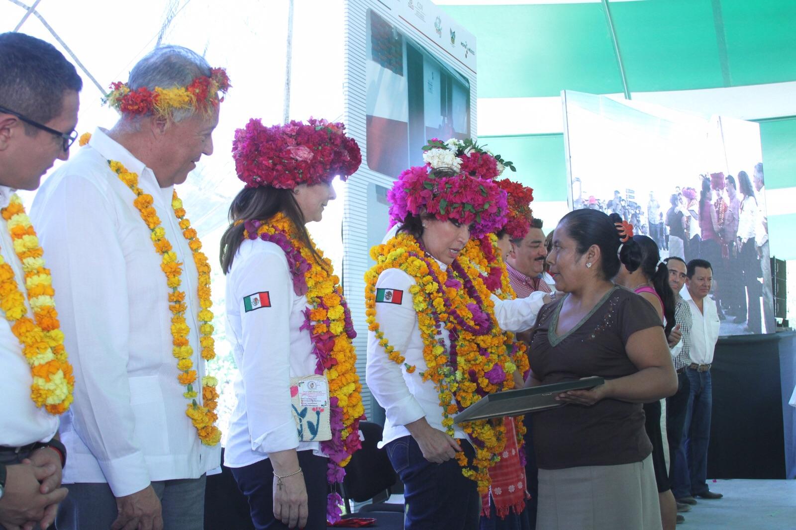 Acompañada del gobernador de Hidalgo, Francisco Olvera Ruíz, entrega llaves y escrituras a beneficiarios de vivienda en la huasteca hidalguense.