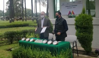 El Dr. Luis Ángel Rodríguez muestra la firma para el intercambio de conocimientos
