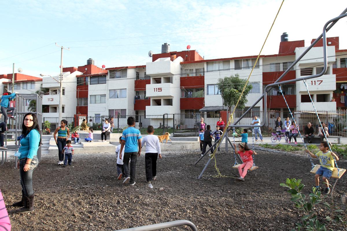 En la imagen, niños jugando en unidades habitacionales con espacios públicos.