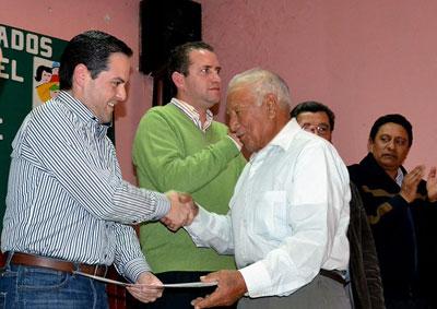 Director en Jefe del Registro Agrario Nacional, Manuel Ignacio Acosta Gutiérrez, entregando documentos de derechos agrarios