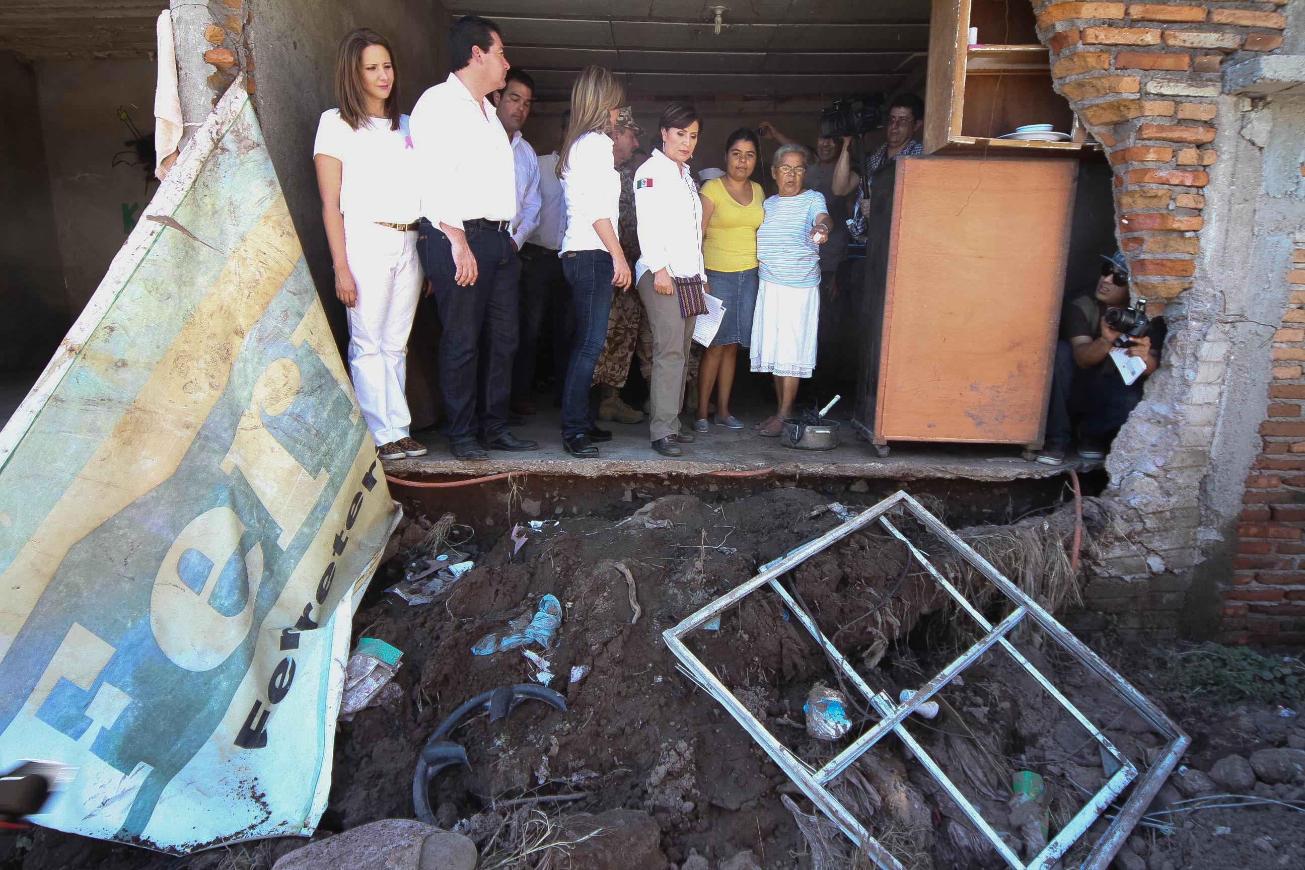 La Titular de SEDATU, Rosario Robles Berlanga recorre Guaymas y escucha planteamientos de sonorenses afectados por las fuertes lluvias.