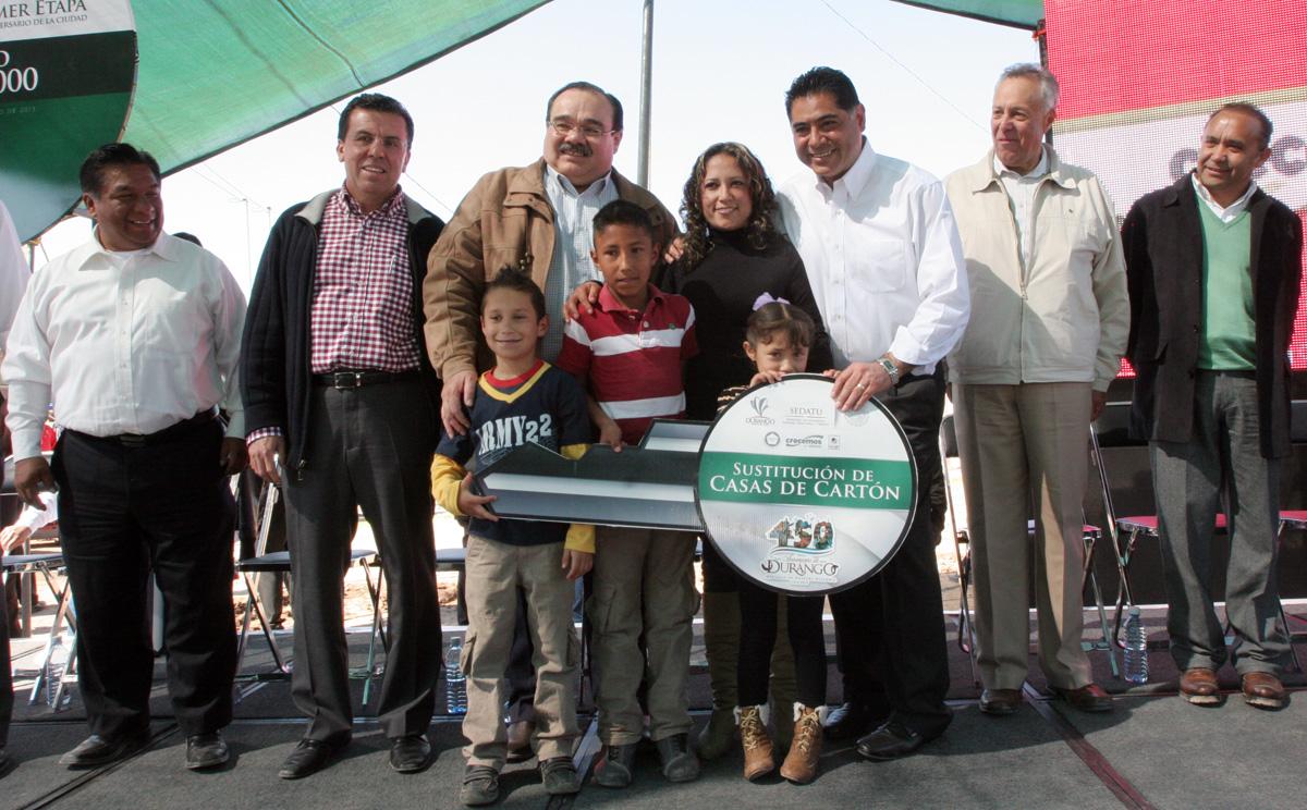 El Secretario de Desarrollo Agrario, Territorial y Urbano, Jorge Carlos Ramírez Marín en la entrega de viviendas a familias duranguenses como parte de un programa de sustitución de casas de cartón