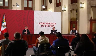 Funcionarios durante la Conferencia de Prensa.