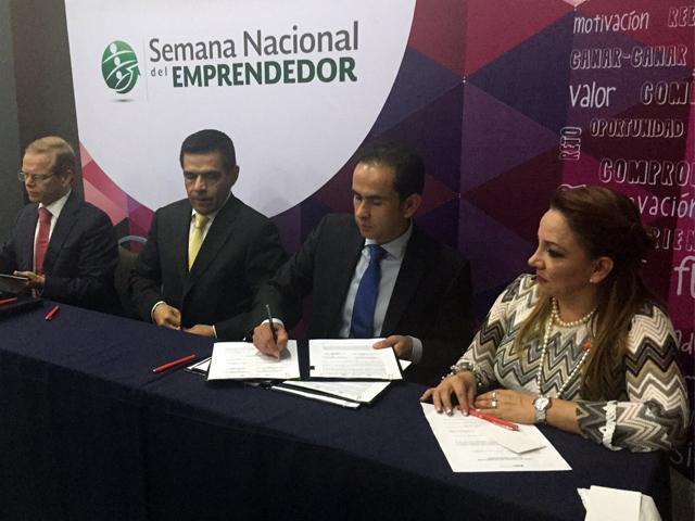 Firma del convenio por parte de autoridades de la SAGARPA, SEGOB y Economía.