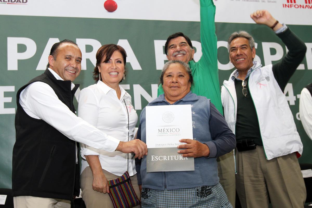 La secretaria de Desarrollo Agrario, Territorial y Urbano, Rosario Robles Berlanga, entregando escrituras de vivienda nueva y ampliada.