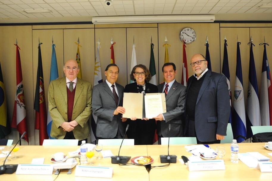 El director general de Televisión Educativa de México, el director general del ILCE, René Asomoza y Palacio, el secretario general de TEIb, Alberto García Ferrer y Rebeca Grynspan, secretaria general Iberoamericana durante la firma del convenio.