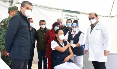 Personal de salud, vacunándose contra el COVID-19