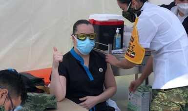 Doctora Lucia Ledezma Vacunándose contra el Covid